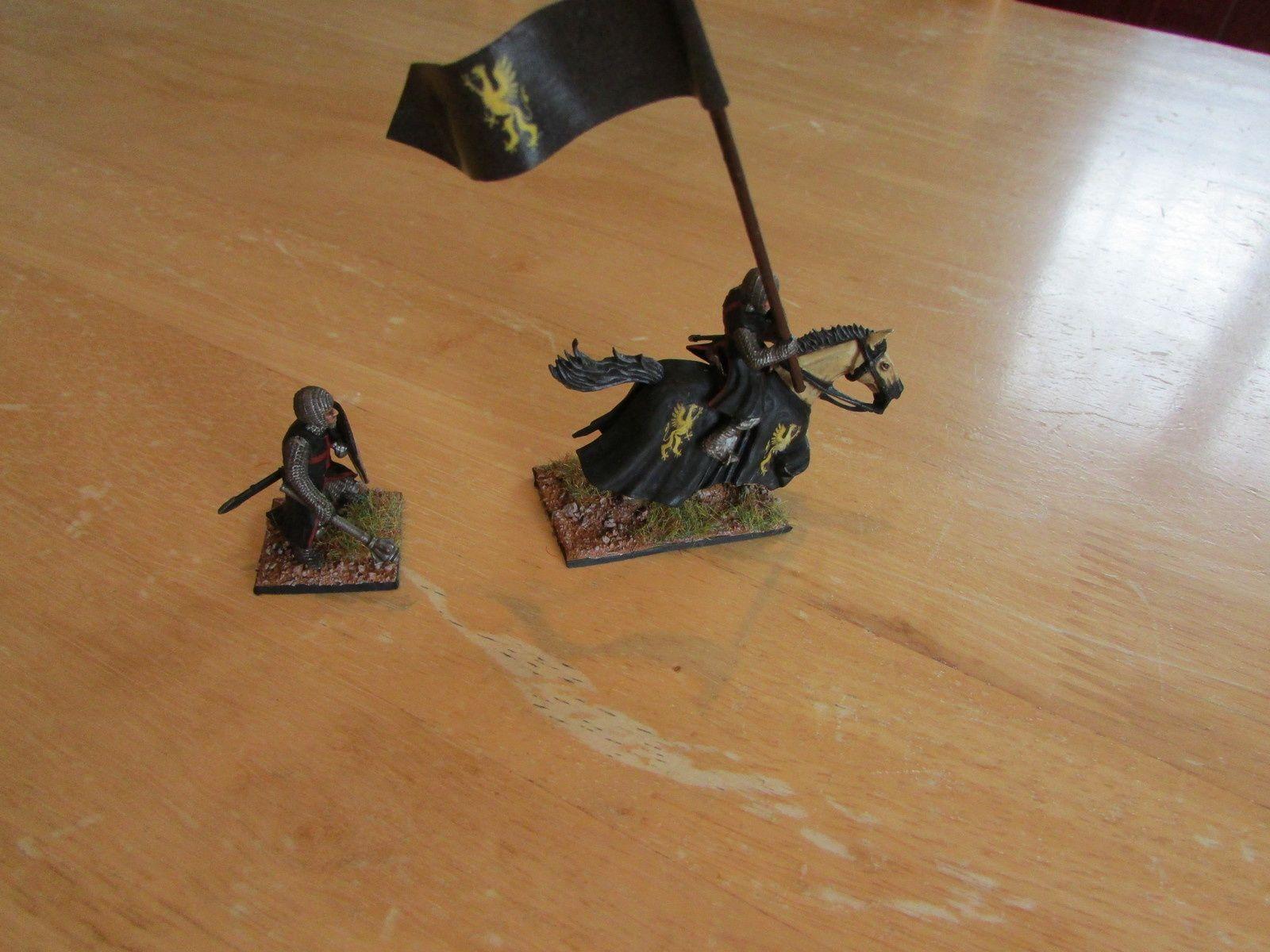 Un chevalier servant, bouclier et étandard réalisé avec une feuille A4 classique, juppe du cheval avec du decals.