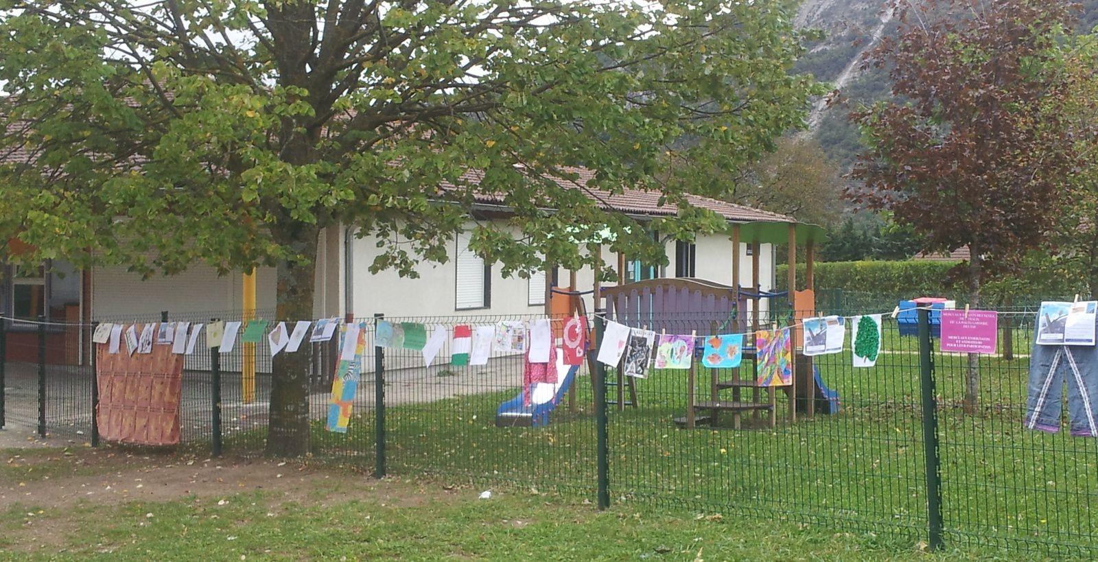 Quelques photos pour imager cette exposition: Jardin de la mairie, la place des Tapaux,les Épis d'or (l'es écoles))