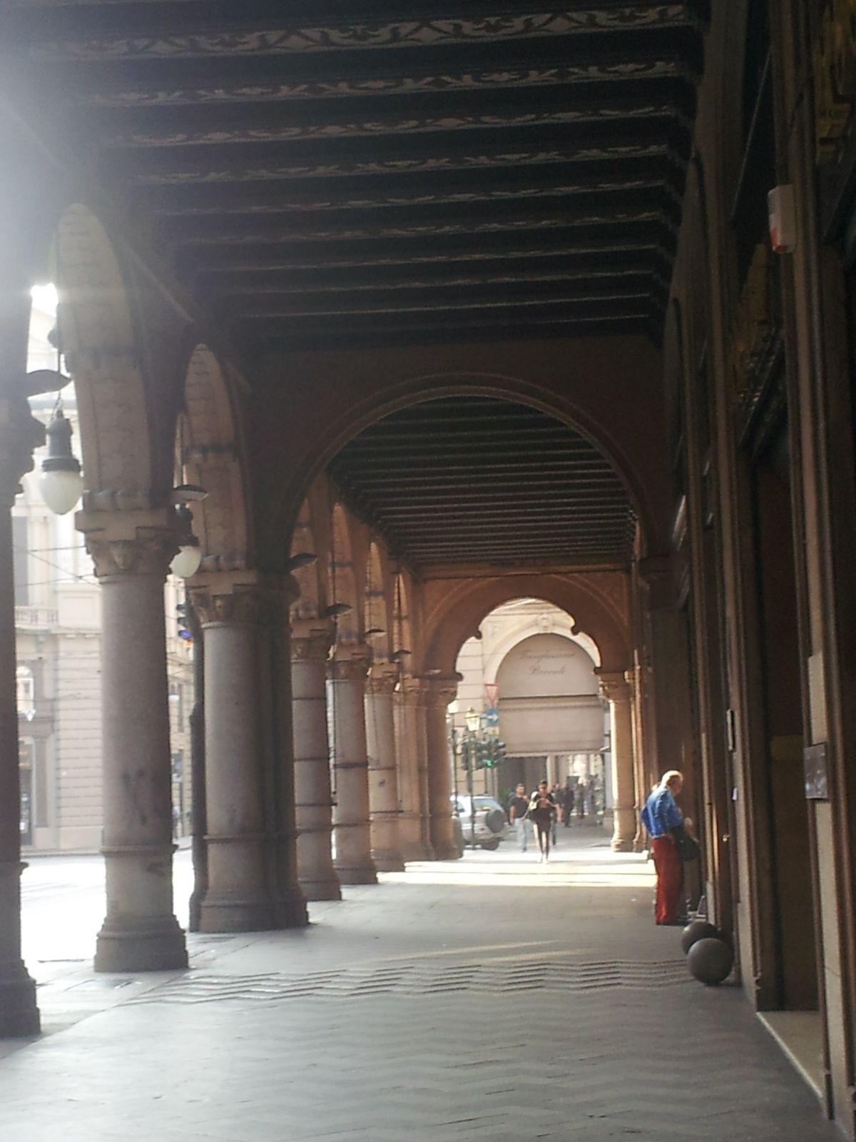 Turin:  ruelle de la vieille ville,  arcade, porte du théatre