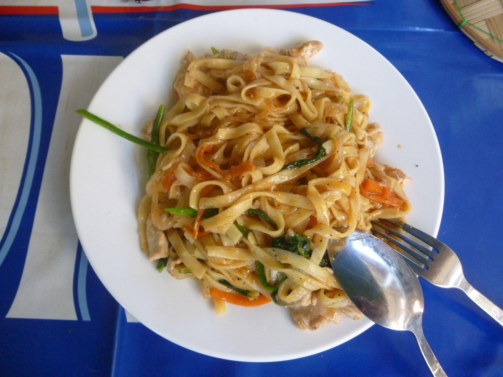 Plats locaux , la soupe et les pâte de riz sont la base de la nourriture du Lao