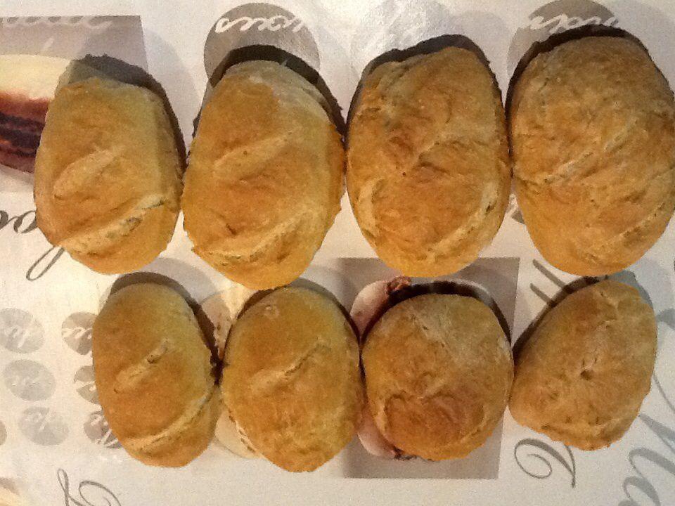 En partant de la gauche et du haut //Photo n°1 : 4 pains du haut guillaume ,ceux du bas les miens ,photo n° 2:ceux de mon Loulou ,photo n°3:en haut ceux de guillaume ,en bas les miens ,photo n° 4:en haut ceux de guillaume ,rangée du bas les miens,photos n° 5: haut guillaume ,bas les miens ,photo n° 6:les 8 petits du haut sont ceux de guillaume et les 8 du bas sont les miens ,photos n° 7: les 8 petits pains de gauche sont ceux de mon apprentie boulanger et ceux de droite les miens