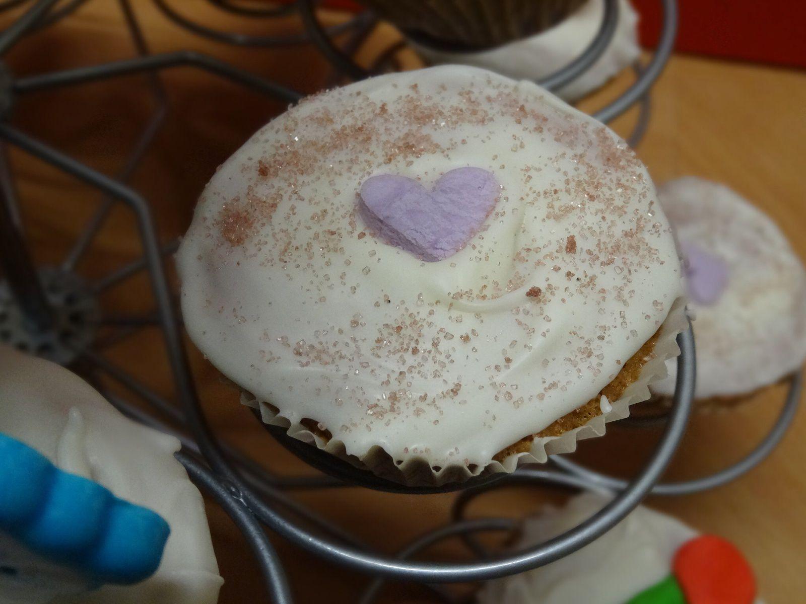 """Cupcake noix de coco ,glaçage Candy Melt ,deco """" mini cœur parme """" et sucre coloré violet maison"""