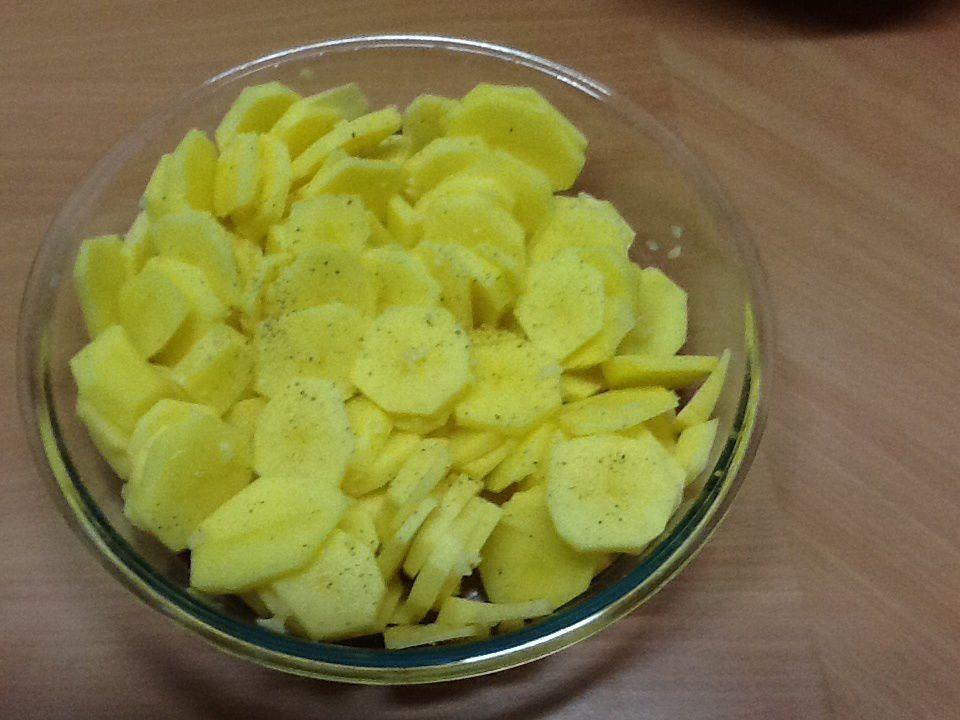 1/ couper les Pomme-de-terre en rondelles de 3 à 4 mm d épaisseur que vous disposerez dans un plat allant au four.Pilez l'ail et mélangez le à ces dernières.Poivrez.
