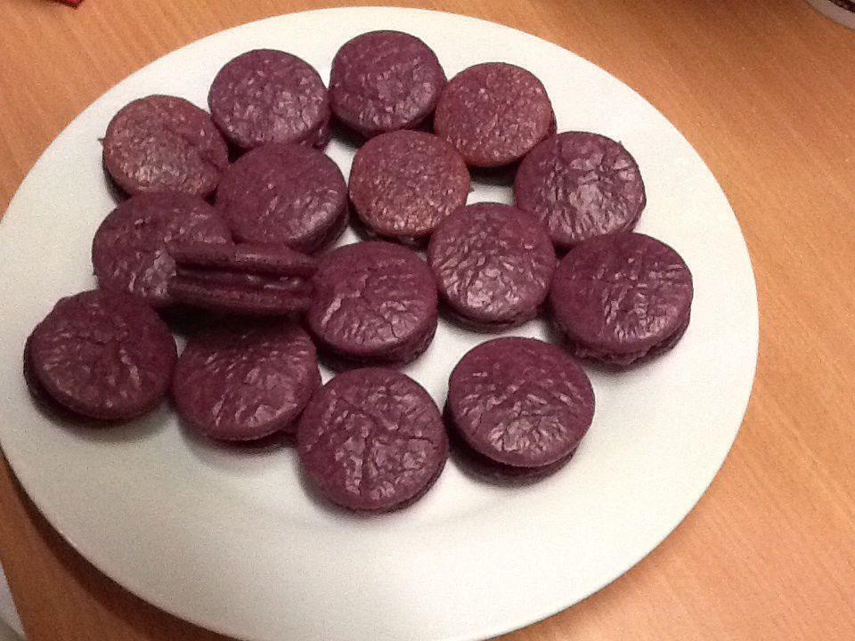 1 ère fournée macarons violées  ganache chocolat blanche / fruits rouge (  recette de la ganache de C.Felder))