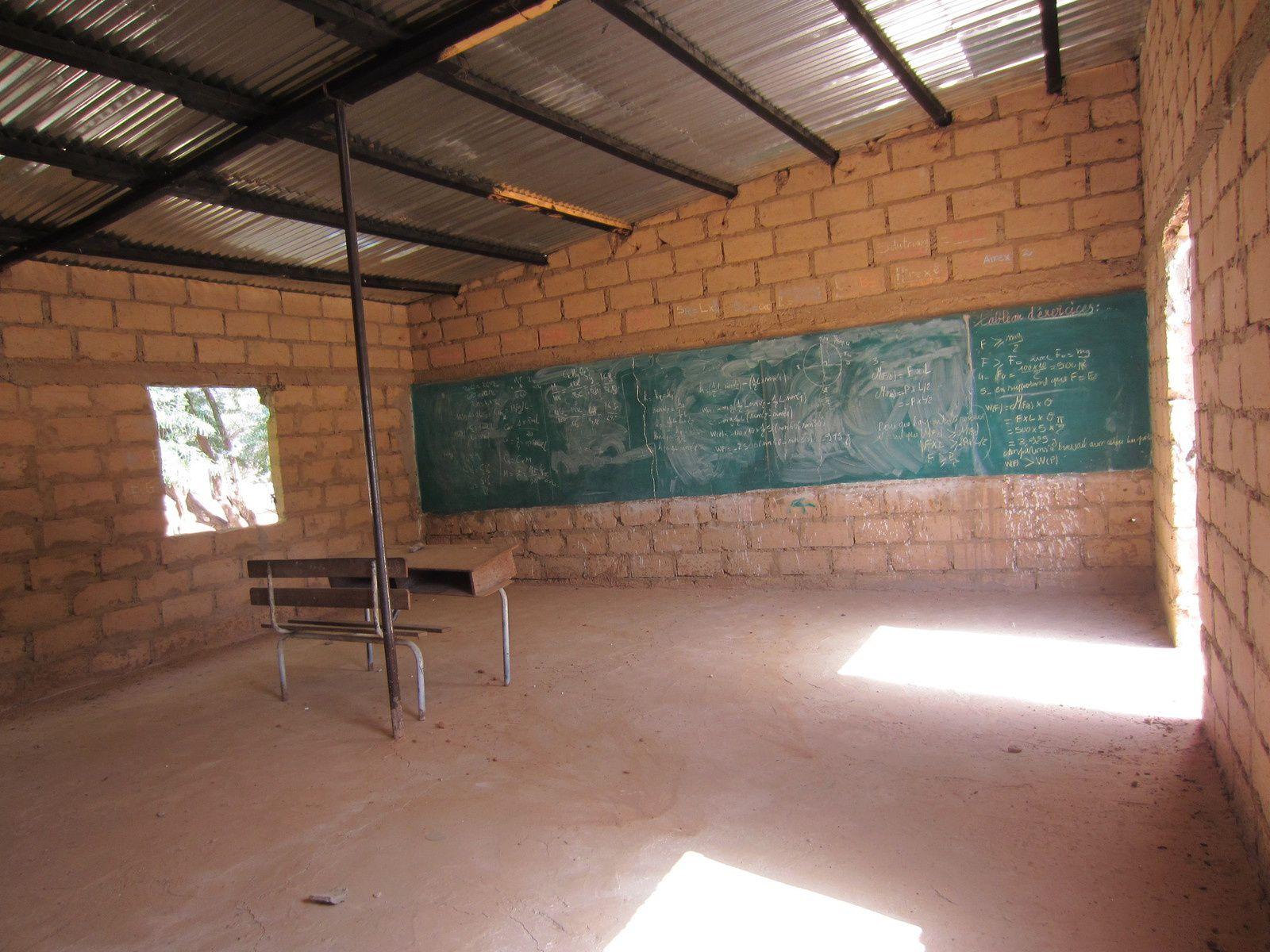 La dernière construction GSO Albi dans notre école du Sénégal. Le directeur (au téléphone hier) prépare les achats. Il espère beaucoup de nous. Les dons pour équiper au mieux cette école primaire sont toujours bienvenus.