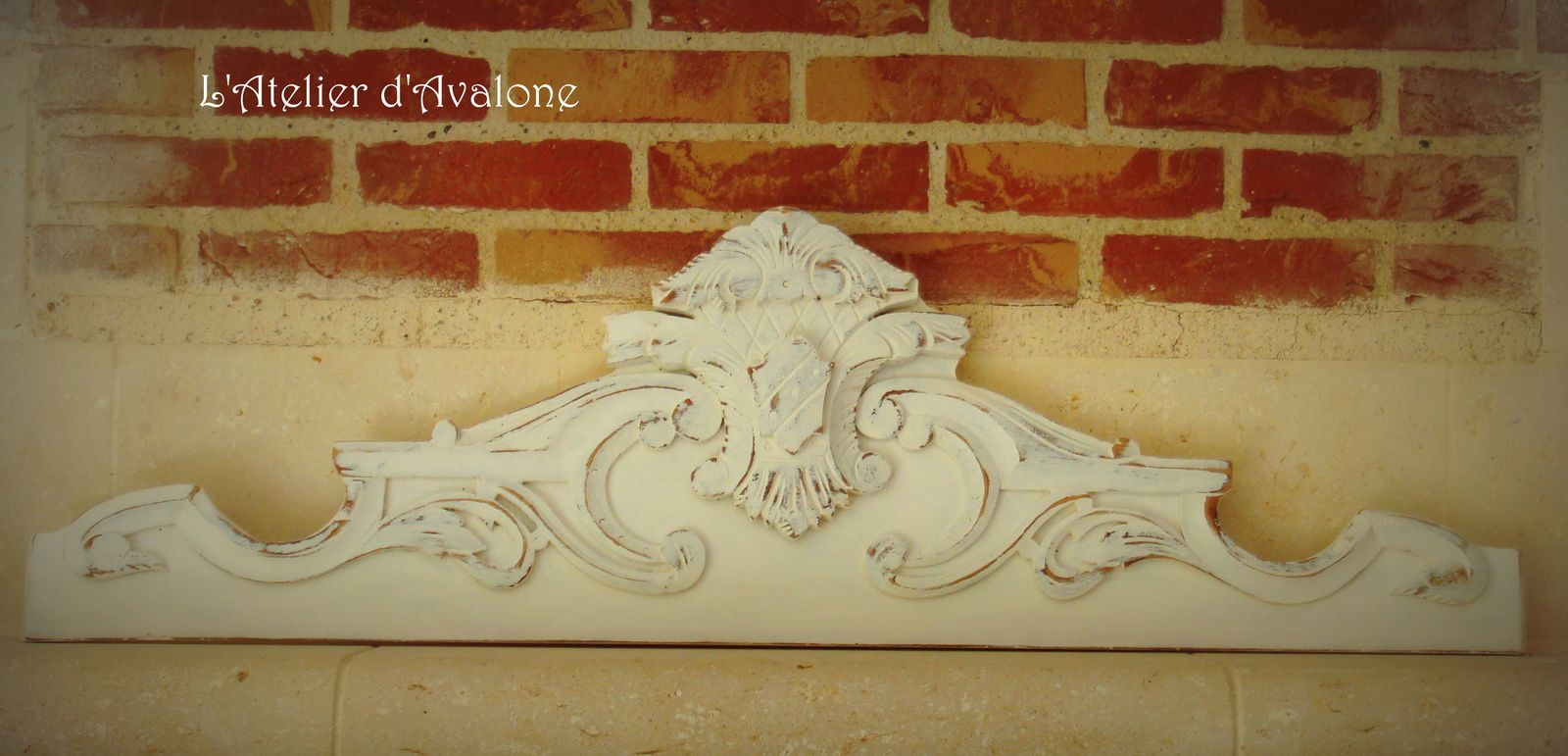 """Restauration et relooking """"avant-après"""" d'un vieux fronton en bois dans un style baroque, effet chaulé. Avril 2014."""