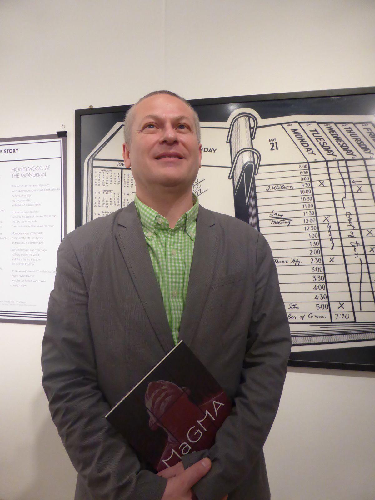 Guillaume Lévy-Lambert devant la copie de Desk Calendar de Roy Lichtenstein. Galerie Charpentier-Sotheby's France, Paris, 2014 © Photographie Gilles Kraemer, 6 janvier 2014