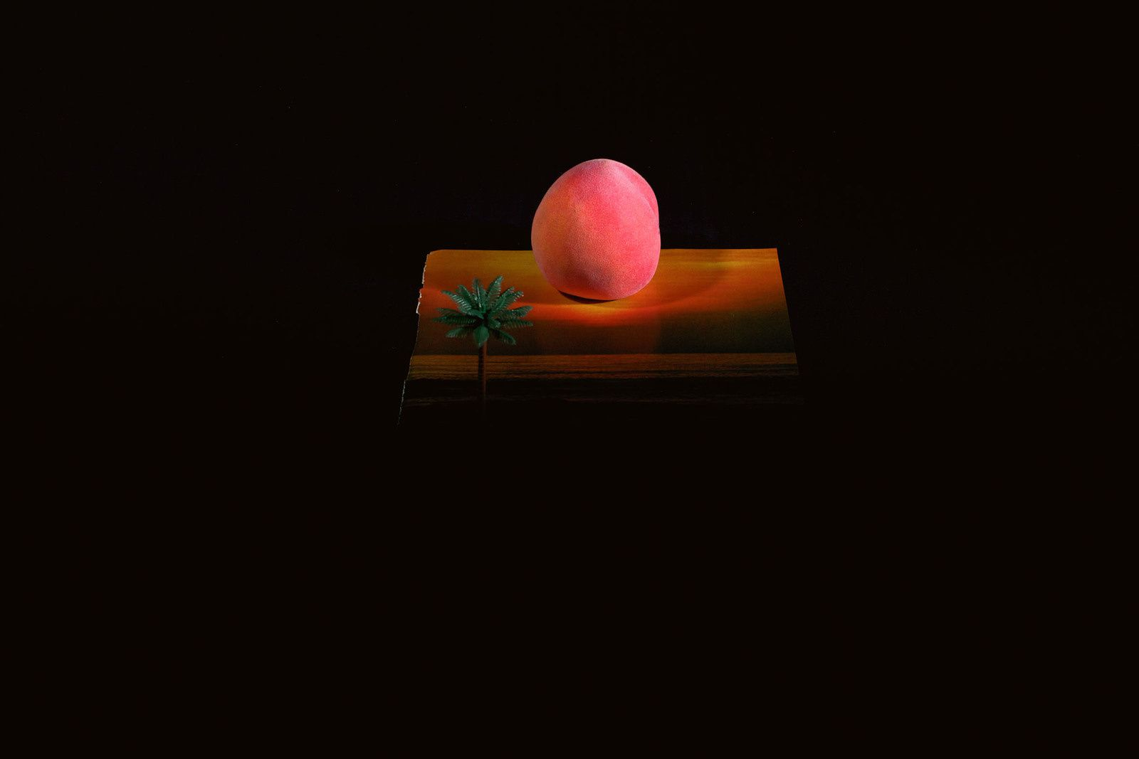 Friedrich Kunath, Untitled (Peach Sunset), 2011. Tirage couleur, 33.7 x 50.8 cm (éd. 6). Photo : Ben Westoby, Londres. Courtesy Blum & Poe, Los Angeles &#x3B; BQ, Berlin &#x3B;Andrea Rosen Gallery, New York &#x3B; White Cube, Londres.