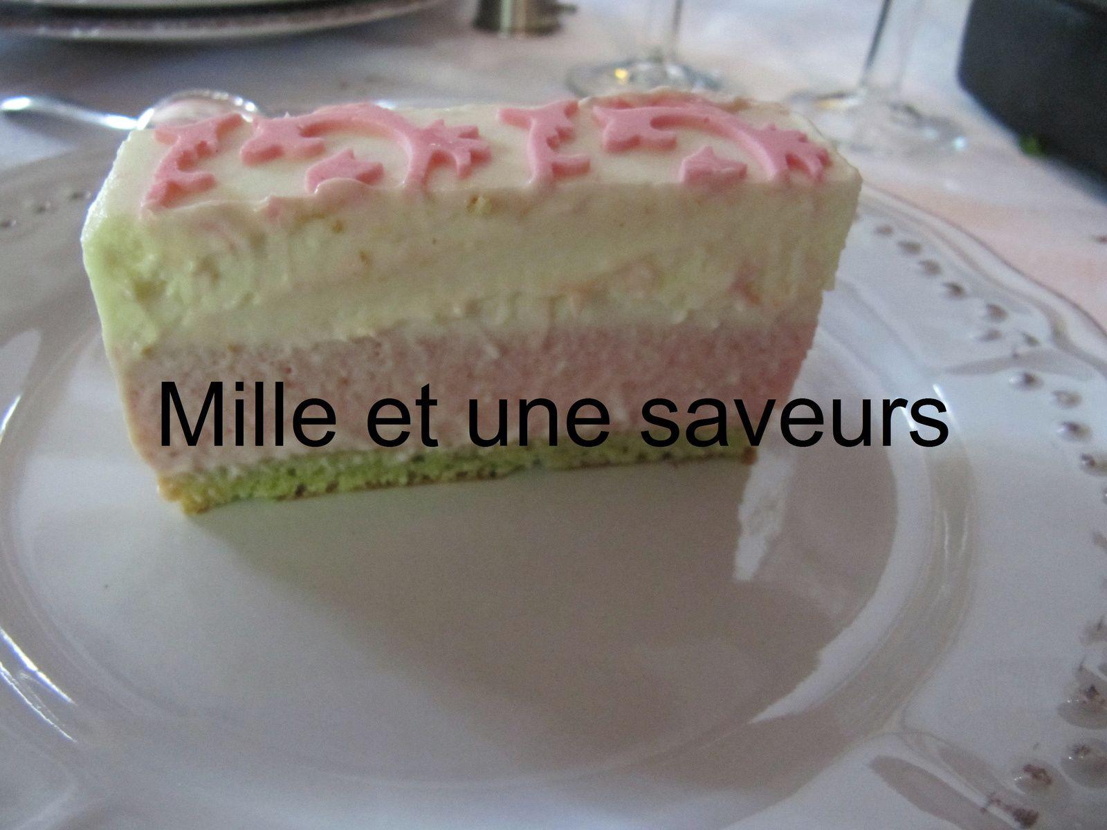 Bavarois vanille, fraise sur biscuit joconde à la pistache