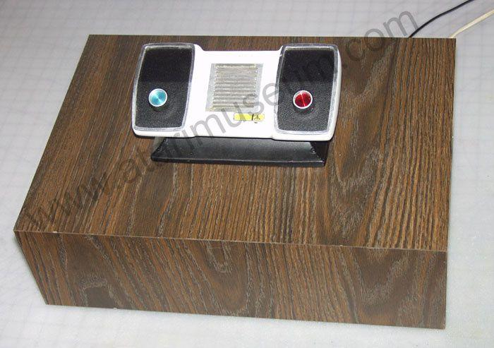 Tout le câblage est dans le socle, la console au dessus n'est qu'un leurre ! (merci à Atari-Museum)