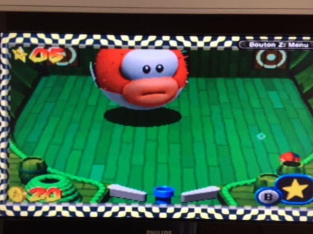 Les cibles à gauche et à droite de l'écran libèrent des bombes qu'il faut envoyer sur le boss pour le faire gonfler (temporairement) afin de lui foncer dans le rable et lui infliger des dégats. Pas si facile !