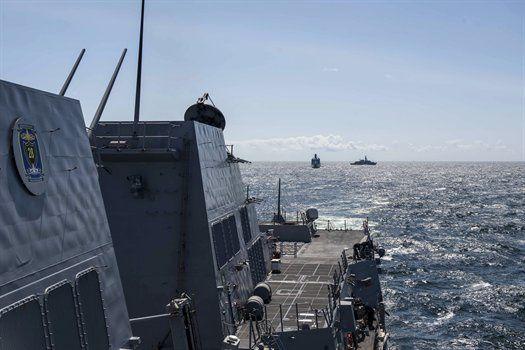 Frégate britannique HMS Iron Duke derrière la frégate danoise HDMS Absalon et l'USS Jason Dunham durant des exercices de manoeuvres dans le cadre des Baltops 15. Photo de l'officier de 3e classe Weston Jones