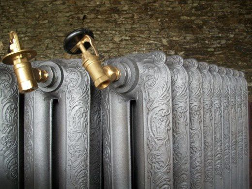 radiateur en fonte ancien rococo lisse fleuri décoré  flambeau art déco 1900 1920 1930