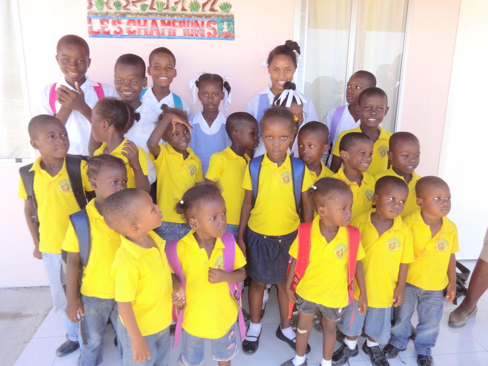 Les enfants en uniforme scolaire