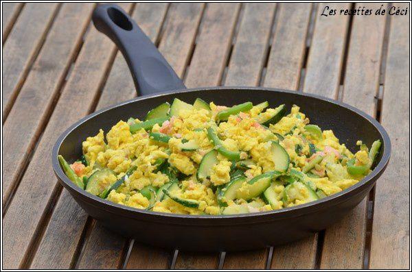 Oeufs brouillés au saumon et aux légumes du jardin