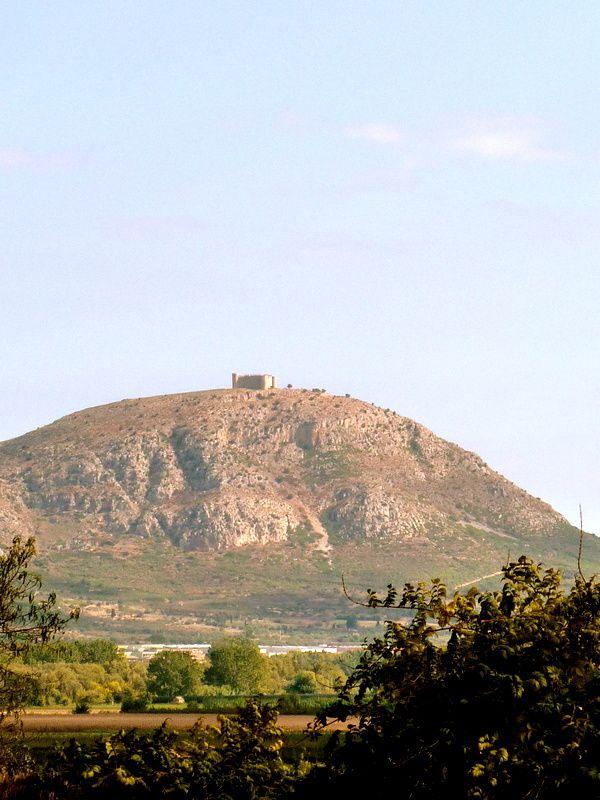 vue sur le château de Montgri au nord