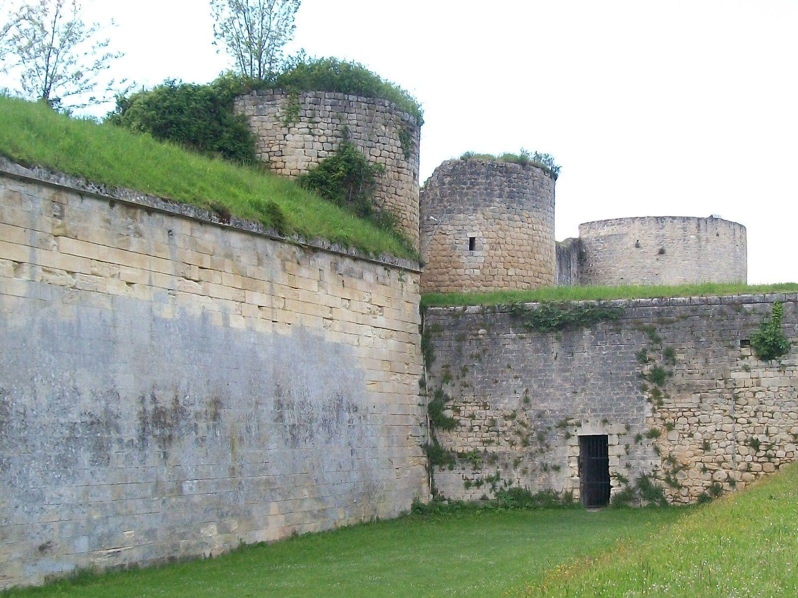les 3 tours du château dans les fortifications de Vauban, les ruines et la porte du château au musée