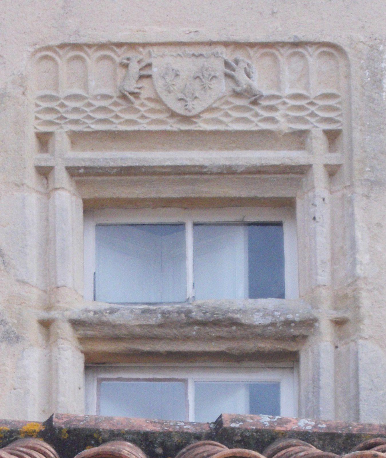 la façade arrière avec l'école accolée et la tour & la fenêtre aux armes de France et de Duras