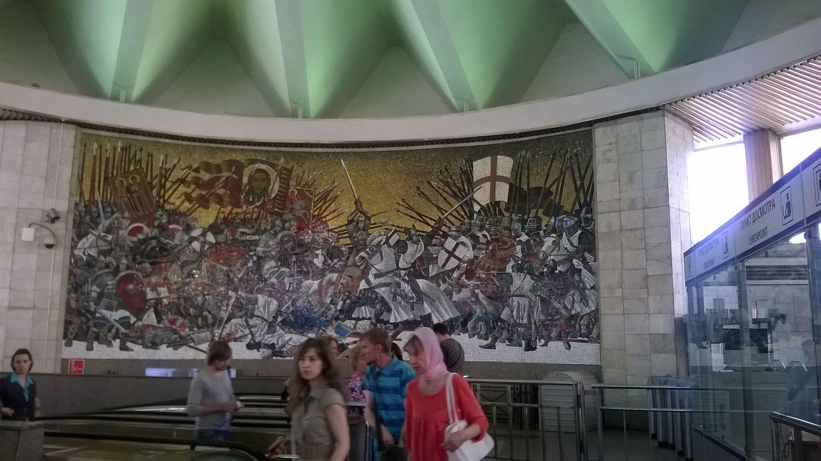 """Fresque à la station """"Ploschad Alexander Nevskogo"""""""