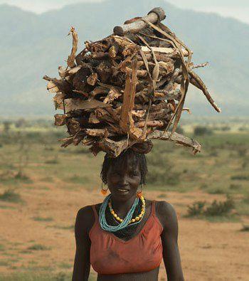 Mujer camerunesa con una catasta de leña.- El Muni