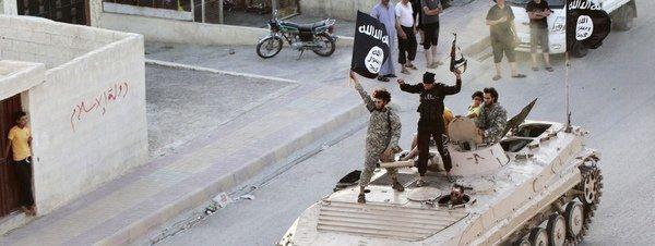Militantes del Estado Islámico ondean la bandera de la milicia sobre un tanque por las calles de Raqqa, Siria Reuters.- El Muni