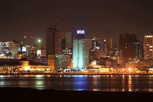 Una vista nocturna de la capital de Angola, Luanda.- El Muni.