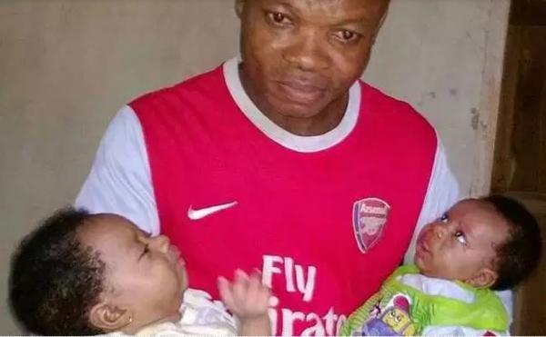 Este es Emeka Uche, el hombre que ha huído de su casa porque su esposa ha vuelto a ser madre de gemelos por tercera vez.- El Muni.