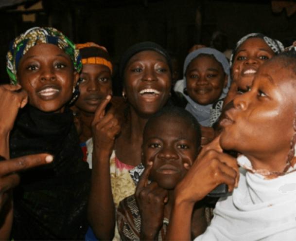 Parte de la prole de 185 hijos de un matrimonio polígamo en Nigeria.- El Muni.