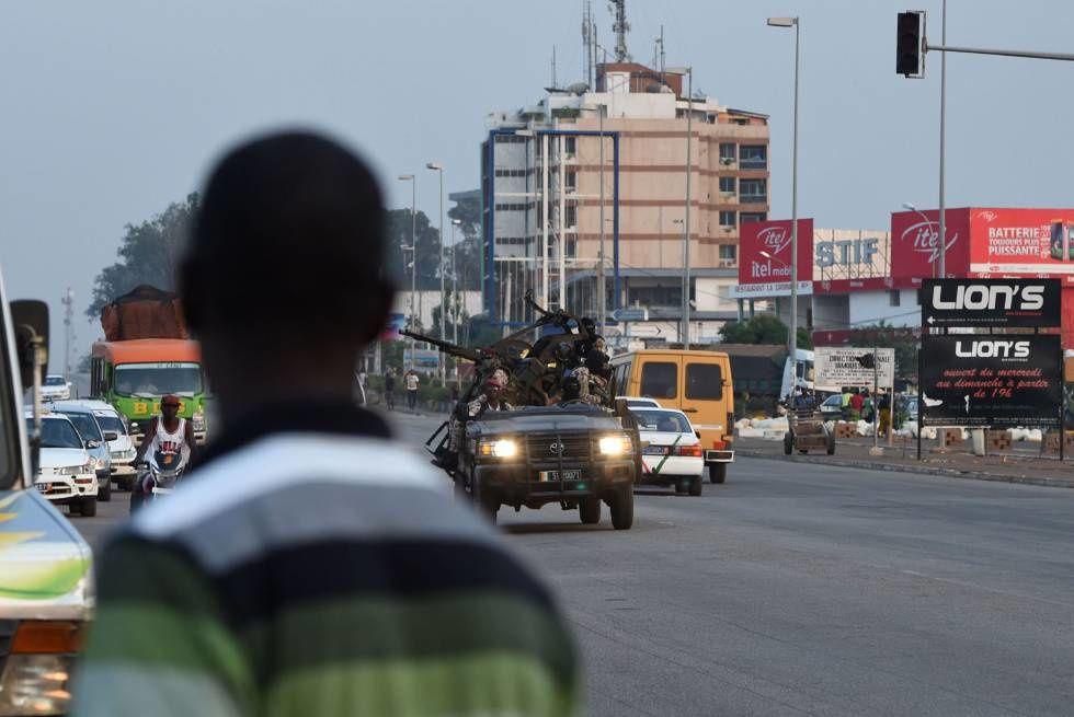 Movimiento de tropas en Abiyán, el pasado 17 de enero, con motivo de los últimos motines militares./ SIA KAMBOU (AFP).- El Muni.
