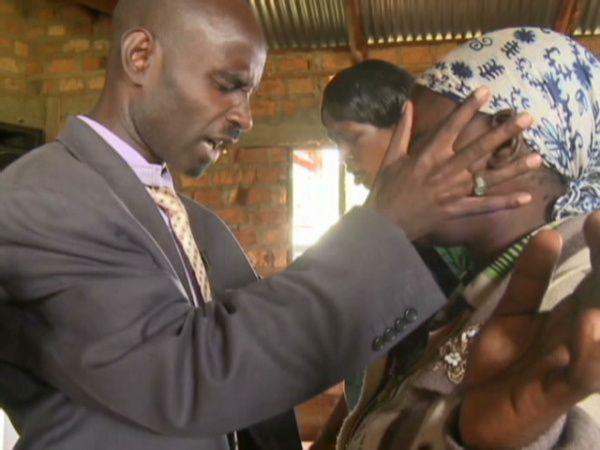 Kenia: para «dejar entrar a Dios», las mujeres rezan tras quitarse su ropa interior.
