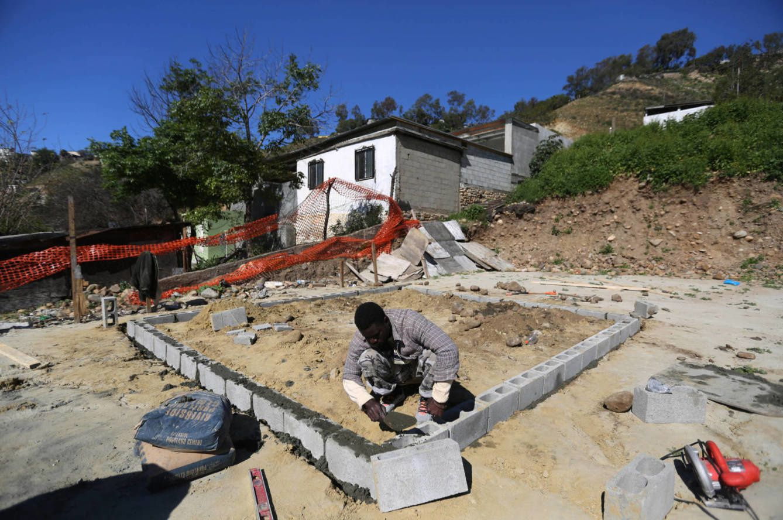 """Pone la primera fila de bloques para una vivienda de """"Villa Haitiana"""", en Tijuana.- El Muni."""
