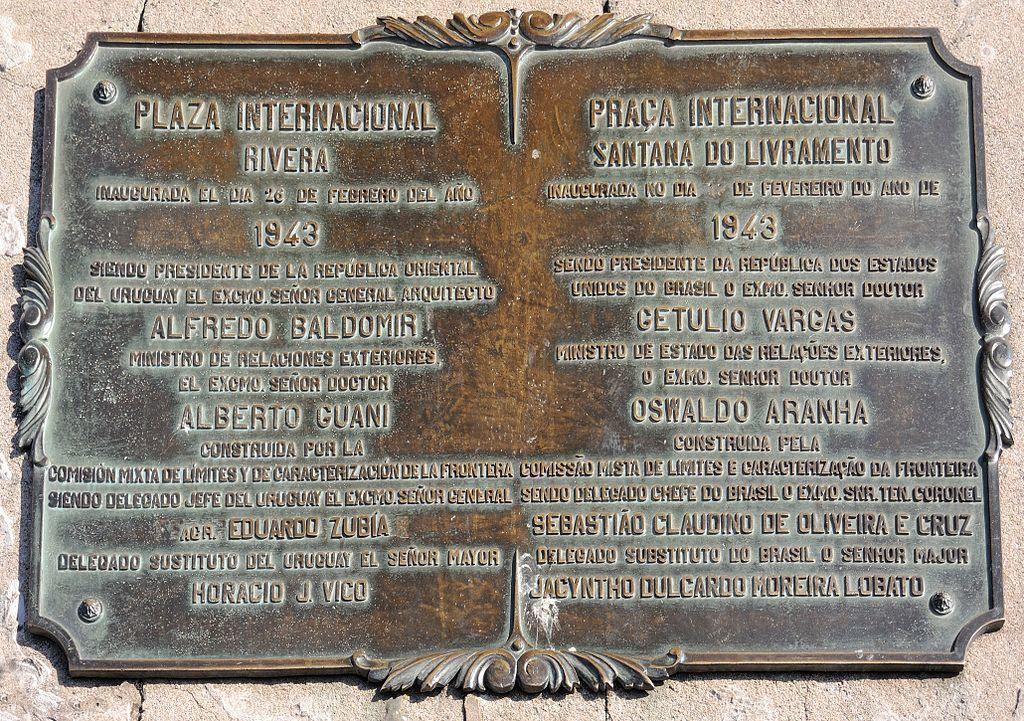 Placa colocada en la Plaza Internacional situada en el límite entre Brasil y Uruguay, en las ciudades de Rivera y Livramento.- El Muni.
