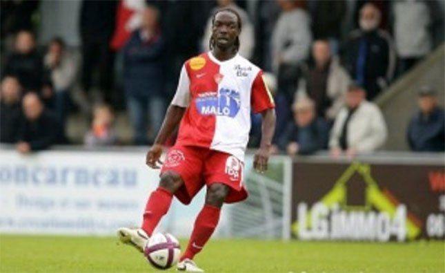 Repentina muerte del futbolista gabonés, Moïse Brou Apanga, mientras entrenaba en Libreville.