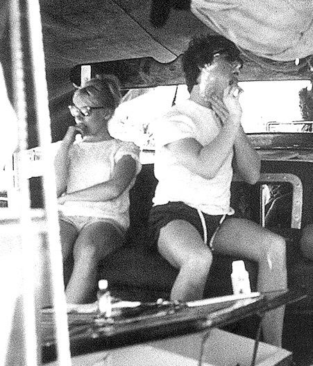 GEORGE HARRISON &amp&#x3B; JOHN LENNON  EN VACANCES A TAHITI MAI 1964