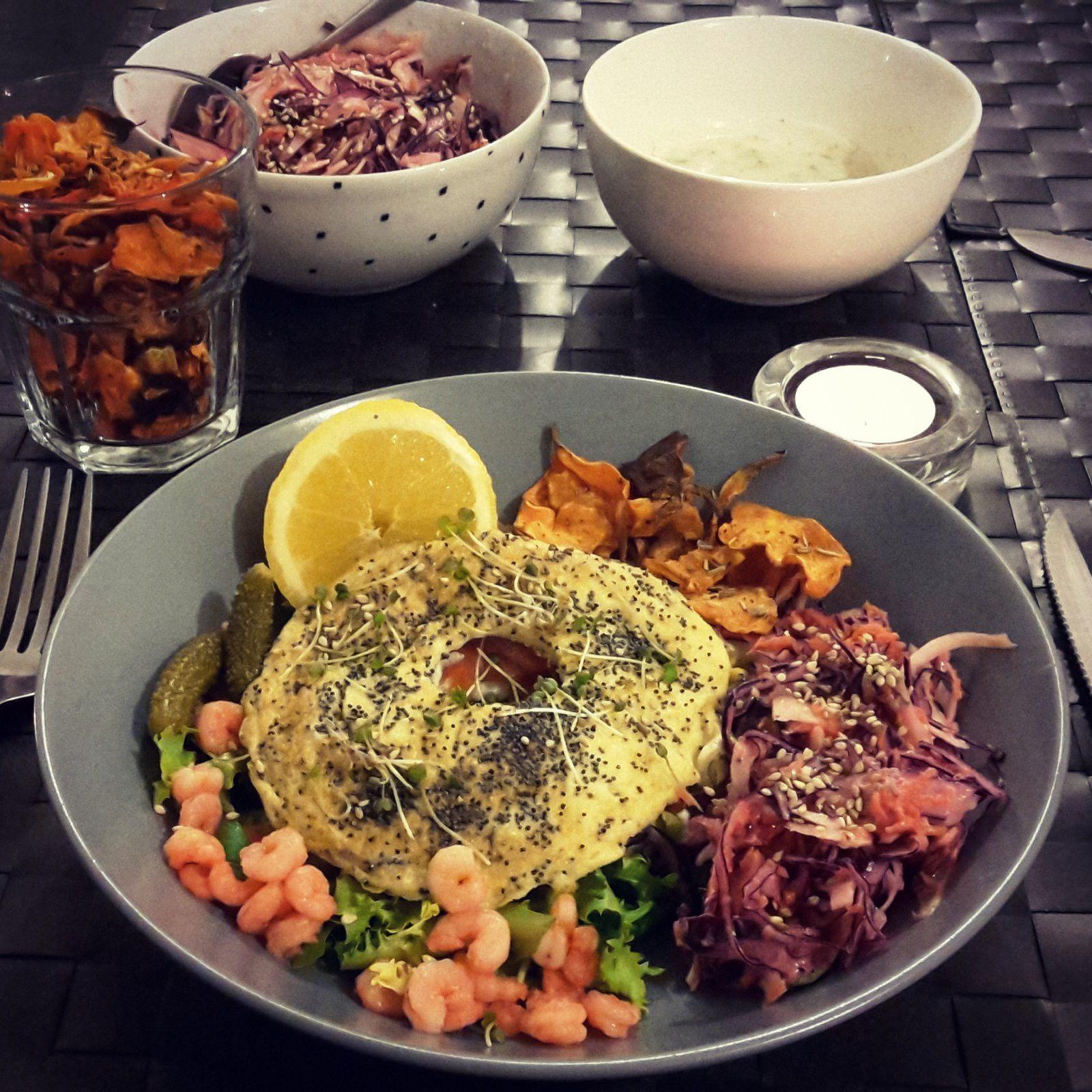 Bagel revisité en version healthy : omelette, chips de légumes et coleslaw