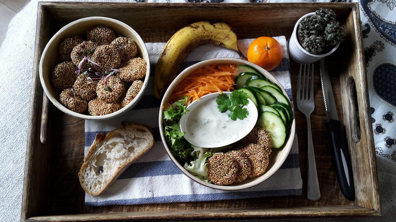 Buddha Bowl : Falafels de betteraves et salade de crudité, avec une sauce au yaourt-sésame