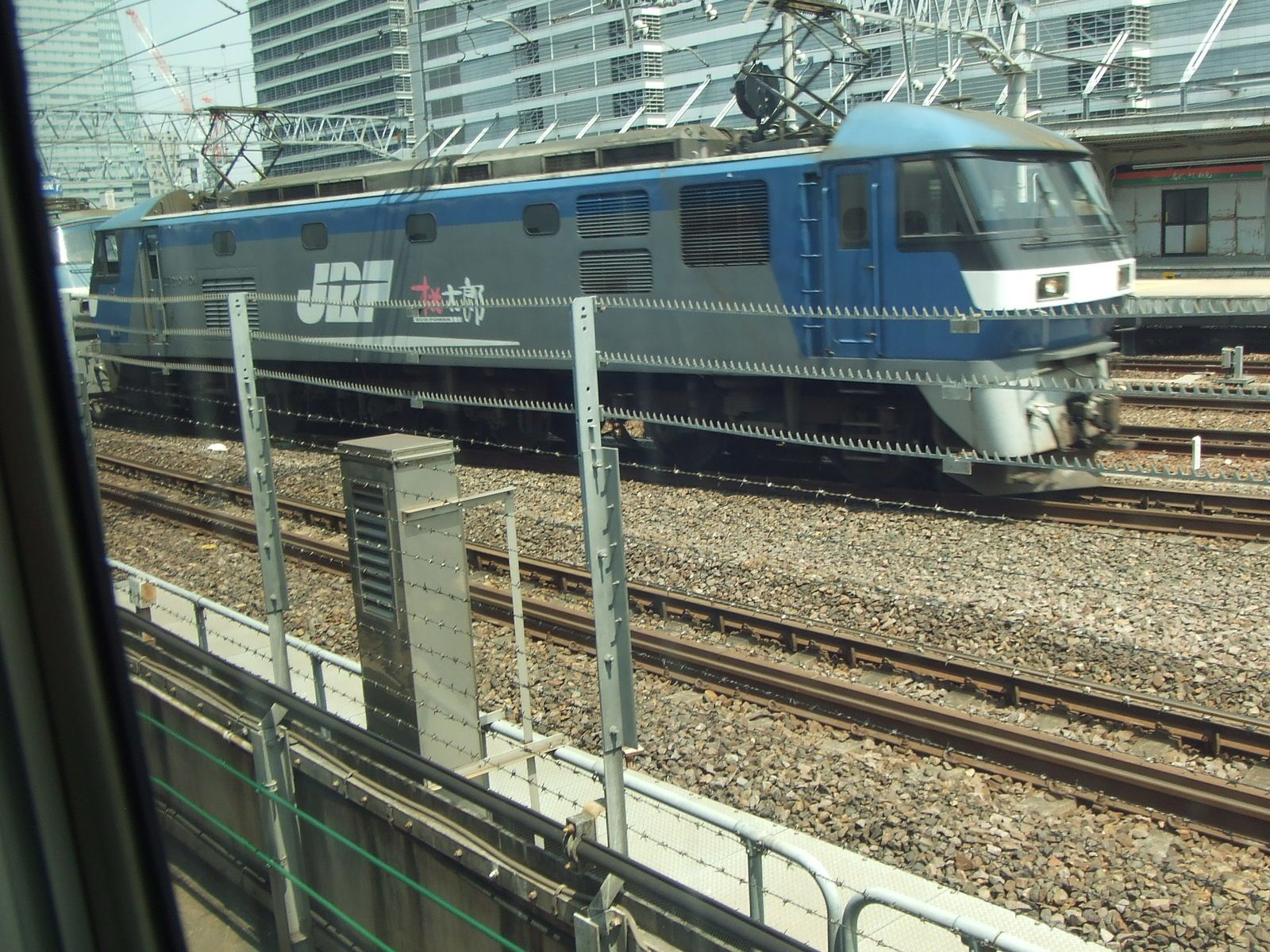 Une grosse locomotive des Japan Railways en UM, avec un train de plats à conteneurs