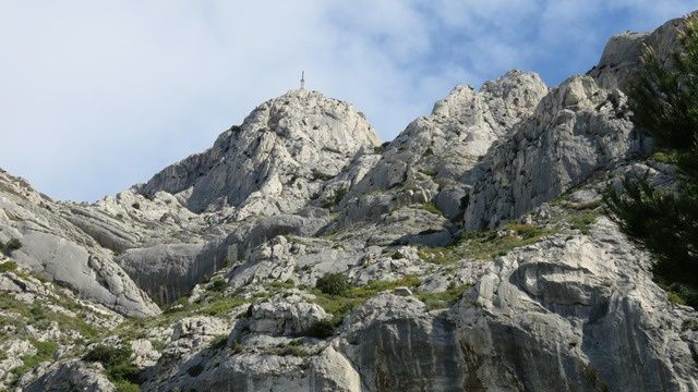 Majestueux massif, impressionnant, tout en roches blanches.