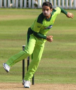English: Mohammad Hafeez bowling during a 50-o...