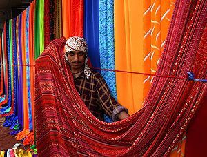 English: Sunday textile market on the sidewalk...
