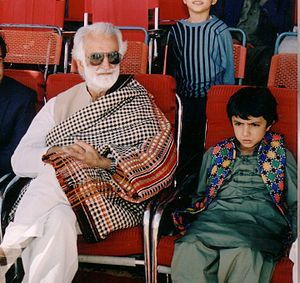 English: Nawan Brahumdagh Bugti sitting beside...