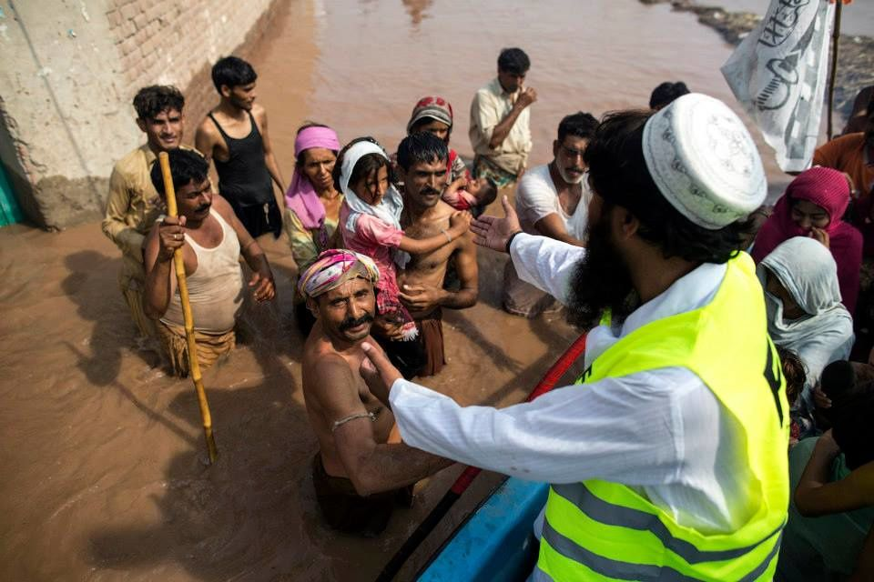 Pakistan Flood victims wait to be evacuated from their flooded house