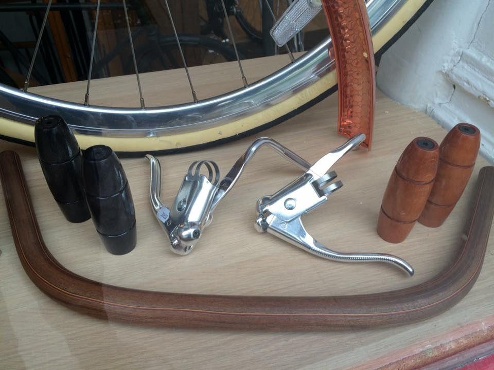 """accessoires uniques pour beaux vélos de ville....selles Lepper cuir, poignées bois, guidon Lauterwasser, porte gourde de guidon """" Eroica """", leviers double commandes , garde boue aluminium cuivré, sonnettes Tokyo Bell...."""