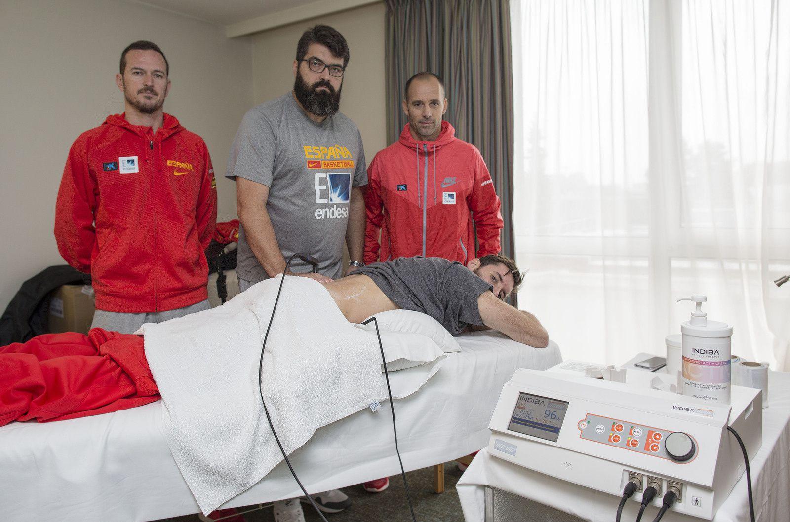 Rudy Fernandez et le Staff médical de l'Equipe d'Espagne en pleine préparation pour la finale des Championnats d'Europe de Basket 2015