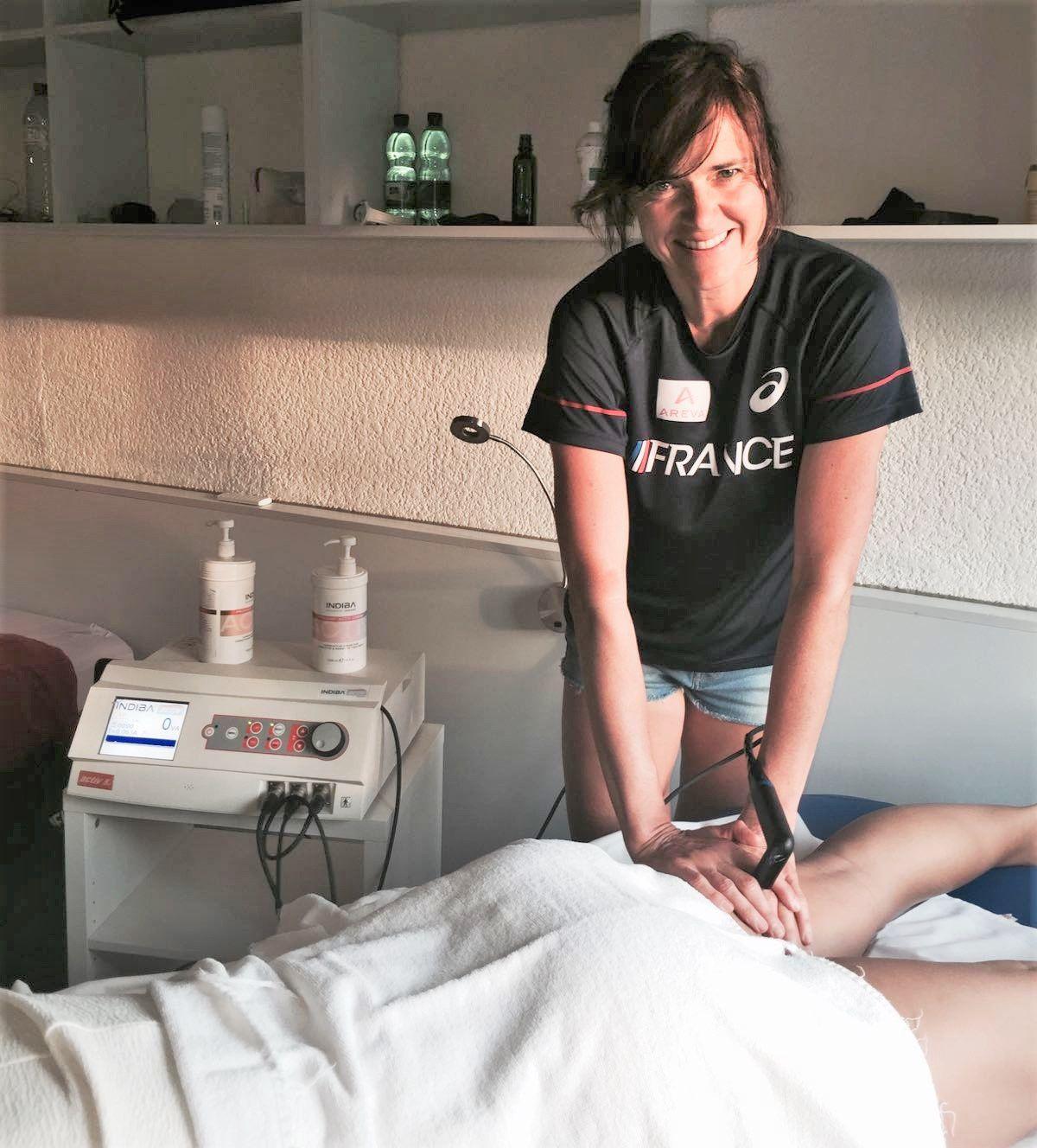 Isabelle Moellinger kinésithérapeute de la Fédération Française d'Athlétisme, en train de traiter un athlète lors d'un stage à Barcelone