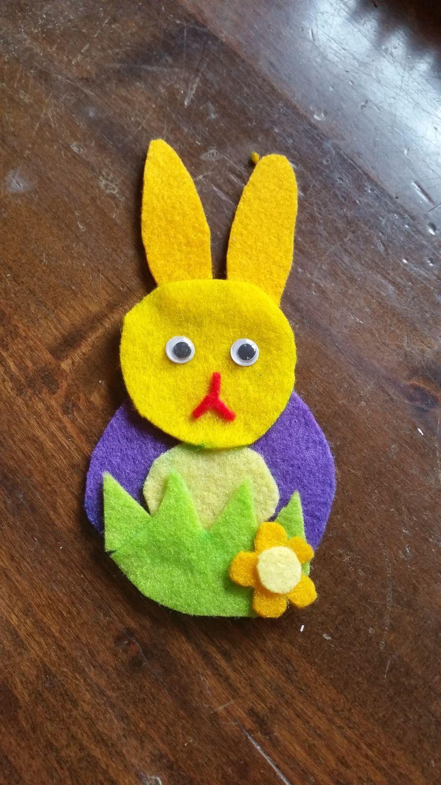 j'ai découpé les différentes formes composant le lapin puis collé à la colle textile et cousu ce qui ne tenait pas bien
