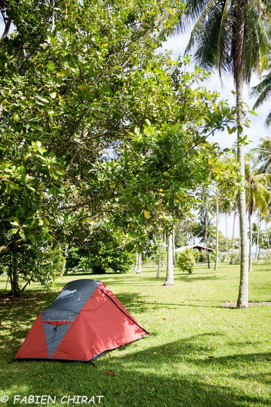 Notre tente dans la cocoteraie (attention aux chutes de noix de coco)