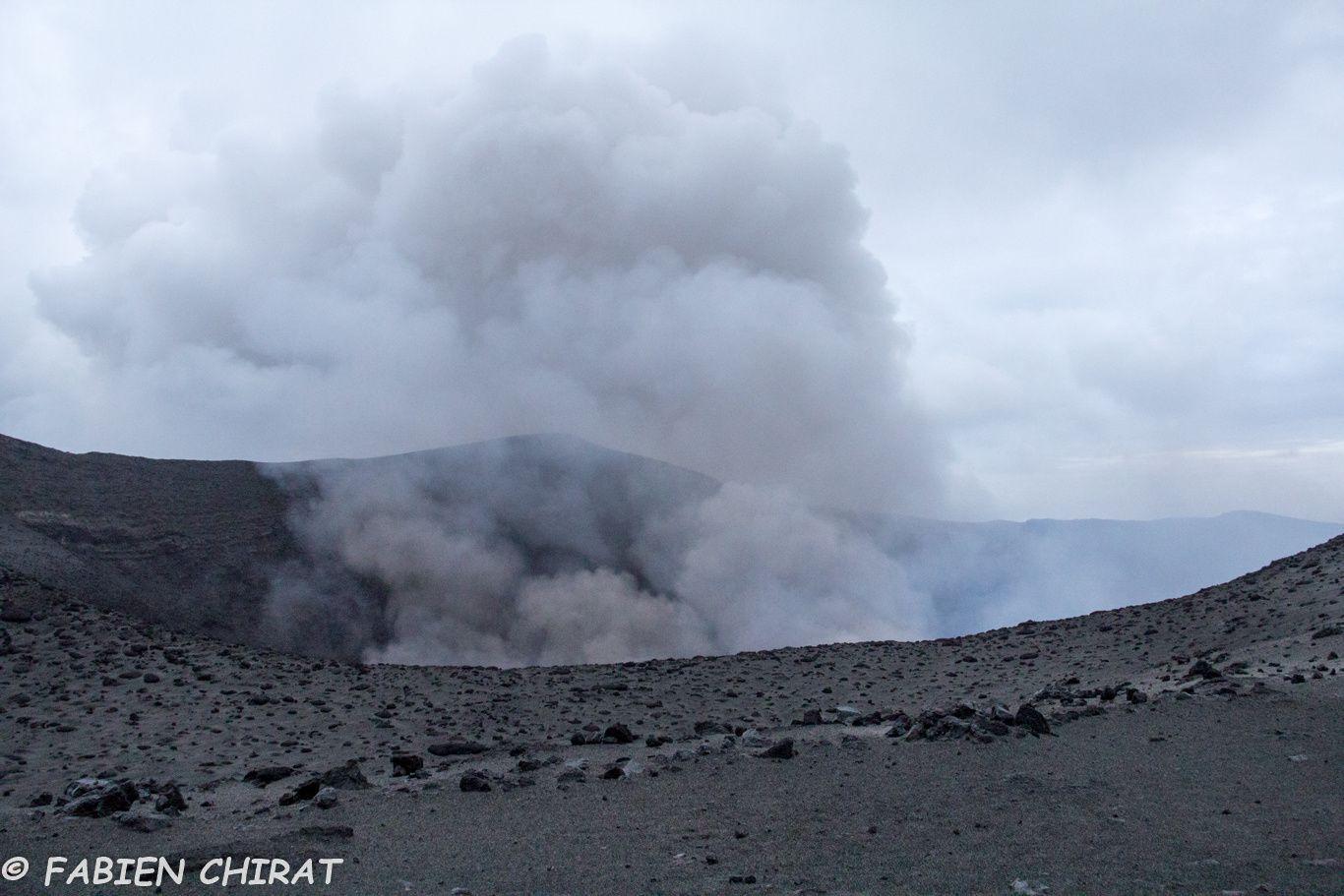Beaucoup de dégazage, sur certaines parties du volcan nous ne voyons pas partir les bombes volcaniques.