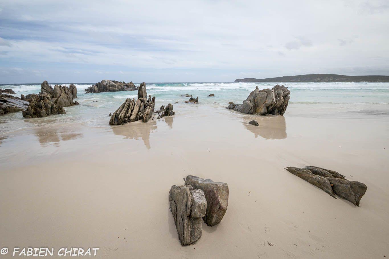Belles formations rocheuses sur la plage