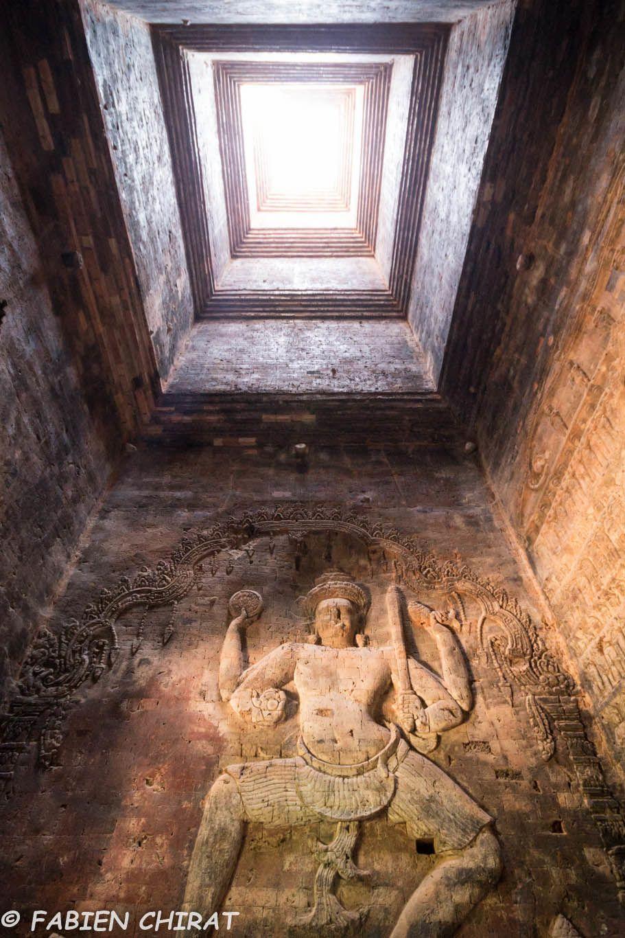 Sculptures dans le petit temple Prasat Kravan